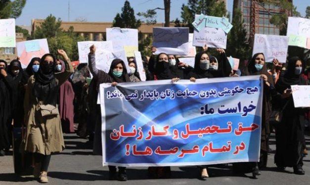 Kabul: Decenas de mujeres afganas protestan por sus derechos constitucionales